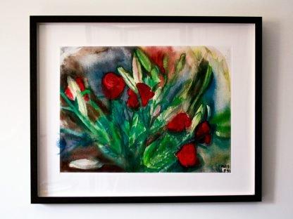 ורדים אדומים עם ליליות ממוסגר