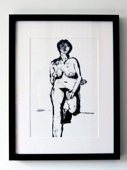 אישה עומדת עירום שחור ממוסגר