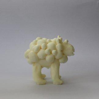 כבשה קטנה לבנה