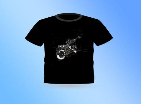 חולצה שחורה עם הדפס של אופנועו תכלכל