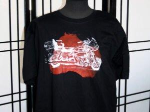 חולצת טריקו מודפסת XL עם רישום של אופנוע הארלי דוידסון על רקע אדום